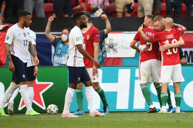 Corentin Tolisso et Thomas Lemar, têtes basses après le match nul contre la Hongrie au stade Ferenc-Puskas de Budapest, le 19juin.