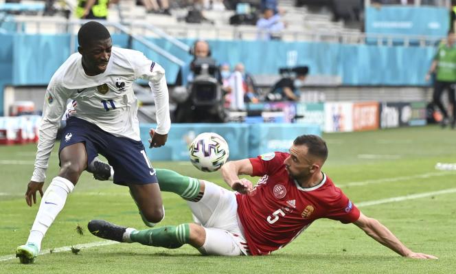 Ousmane Dembélé taclé par Attila Fiola lors du match France-Hongrie, le 19 juin 2021 à Budapest.