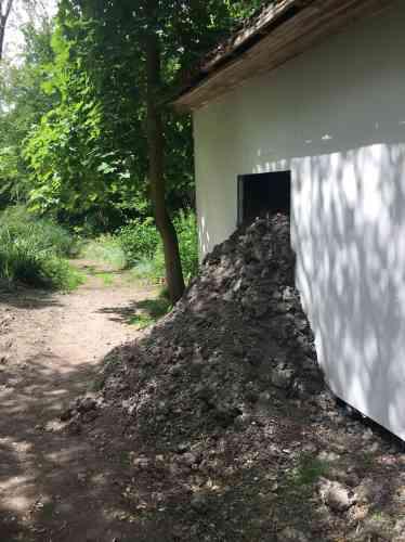 L'écoulement de limon séché de cette installation portant le nom gallo-romain d'Amiens rappelle les coulées de lave ayant envahi les maisons et les rues de Pompéi lors de l'éruption du Vésuve.
