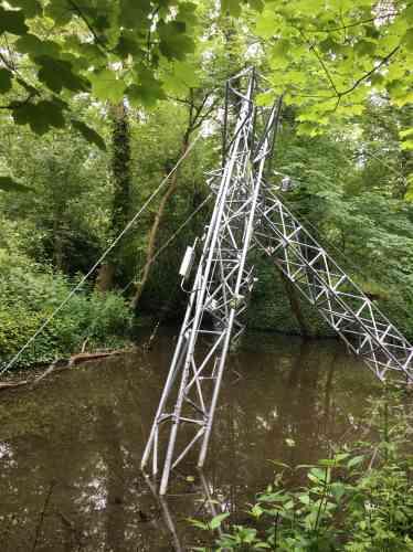 La présence incongrue de ces pylônes métalliques en partie immergés rappelle l'enlaidissementgénéralisé du paysage périurbain, dont les campagnes elles-mêmes ne sont pas préservées.