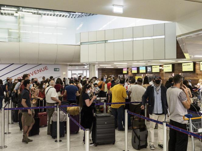 L'aéroport d'Orly reprend son activite après la crise sanitaire de la Covid-19. Ici la compagnie Vueling embarque avec difficulté ses voyageurs à destination de l'Espagne. Les esprits s'échauffent car l'embarquement prend du temps. Aéroport d'Orly, le 18 juin 2021.