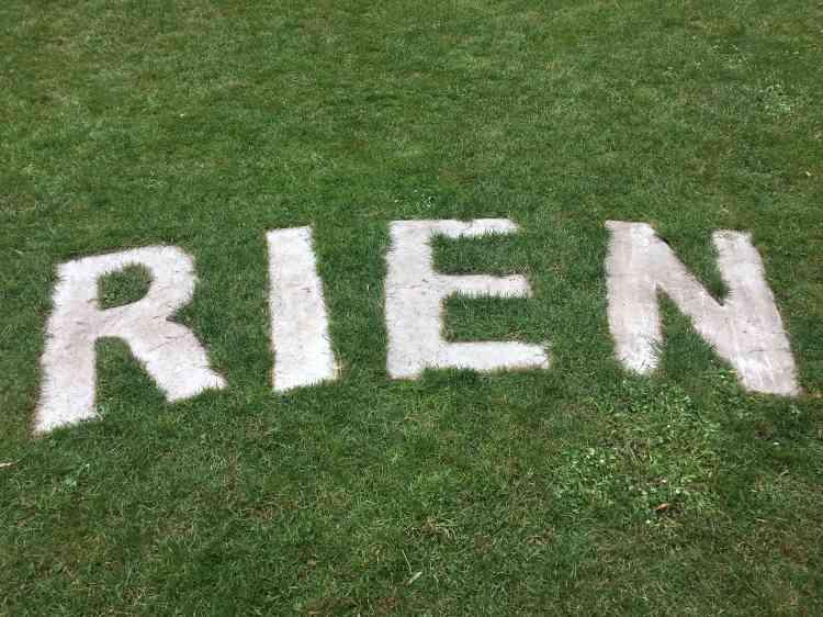 Les grandes lettres de béton blanc disposées dans l'herbe par l'artiste forment un cercle. On peut y lire la phrase:«Sentiment de ne rien pouvoir ajouter»... Mais aussi:«Ne rien pouvoir ajouter au sentiment»...