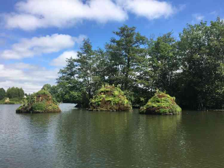 L'artiste lituanienne a littéralement fait sortir de l'eau ces trois étranges îlots – sommets volcaniques érodés, paysage rêvé ou baie d'Along miniature.