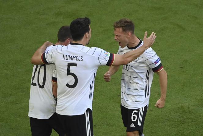 Les Allemands Robin Gosens, Mats Hummels et Joshua Kimmich célèbrent le quatrième but de la Mannschaft contre le Portugal, samedi 19 juin, à Munich.
