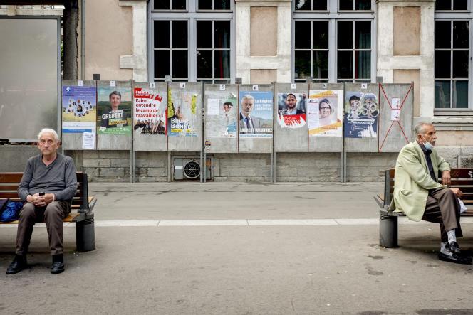 Des affiches électorales pour les élections régionales en Auvergne-Rhône-Alpes, à Lyon (Rhône), le 18 juin 2021.