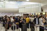 A l'aéroport d'Orly, les passagers s'envolent, mais les contraintes sanitaires restent