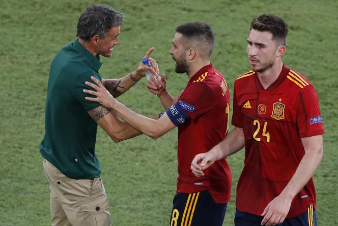 Luis Enrique, sélectionneur de l'Espagne, avec Jordi Alba (au centre) et Aymeric Laporte (à droite), lors du match contre la Pologne, le 19 juin 2021, à Séville.