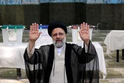 Ebrahim Raïssi, après qu'il a déposé son bulletin de vote, le 18 juin 2021, à Téhéran.
