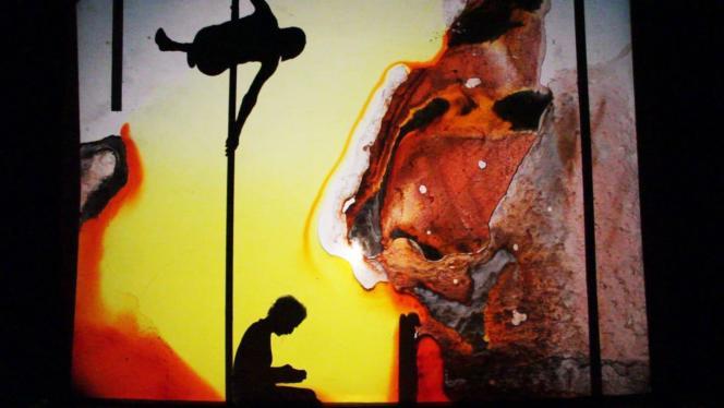 Les silhouettes d'Arnaud et Gildas Préchac dans « Victor l'enfant sauvage», de la compagnie Zaï.