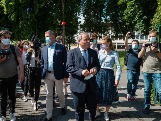 Arrivée de Xavier Bertrand au bureau de vote du gymnase Collery,Saint-Quentin (Hauts-de-France), le 20 juin 2021.