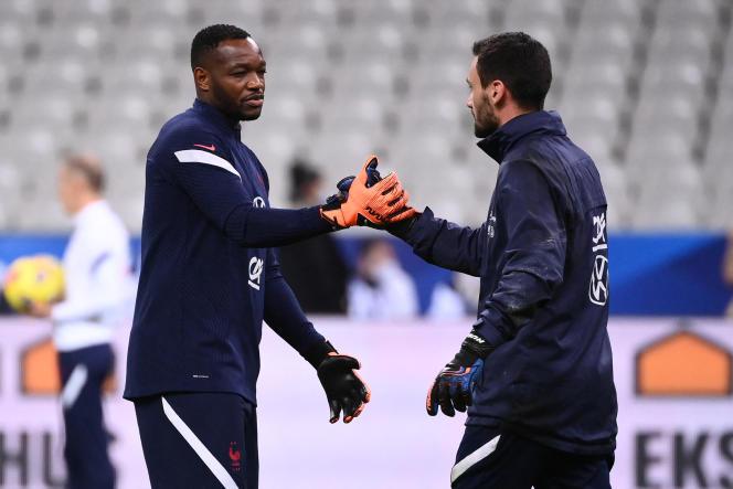 Steve Mandanda encourage Hugo Lloris avant le match de l'équipe de France de football face à la Suède, le 17 novembre 2020, à Saint-Denis.