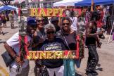 Rassemblement pour « Juneteenth » sur la place Leimert Park à Los Angeles, samedi 19 juin.