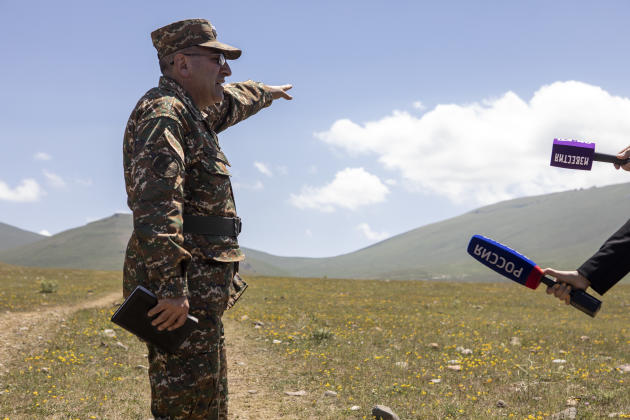 Le colonel adjoint Hayk Petrossian s'adresse à la presse étrangère, à la frontière, près du village de Sotk, en Arménie, le 18 juin 2021.