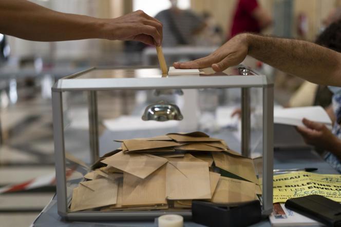 Dans un bureau de vote à Marseille, le dimanche 20 juin 2021.