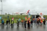 Manifestation contre les suppressions d'emplois d'employés du secteur aérien, àRoissy-Charles de Gaulle, le 18 mars 2021.