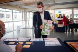 Matthieu Orphelin s'apprête à voter dans un bureau à Angers, pour le premier tour des élections régionales françaises, le 20 juin 2021.