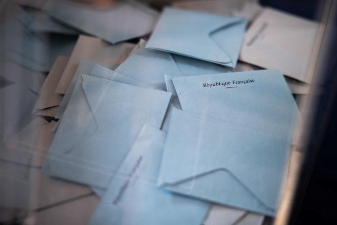 Dans un bureau de vote, à Angers, lors du premier tour des régionales et des départementales, le 20 juin 2021.