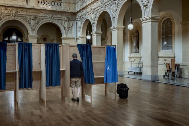 Bureau de vote dans le 2e arrondissement de Lyon pour les élections régionales, le 20 juin 2021.