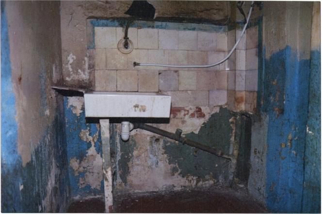 Point d'eau dans l'entrée de la chambre 16, à l'hôtel Delui, à Marseille.