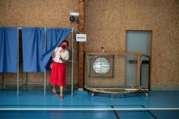La présidente PS sortante d'Occitanie, Carole Delga, dans un bureau de vote, dimanche 20 juin, à Martres-Tolosane (Haute-Garonne).