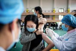 Une étudiante de l'université de Wuhan est vaccinée, le 28 avril 2021, en Chine.