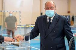 Eric Dupond-Moretti, candidat dans les Hauts-de-France, en train de voter à Cousolre (Nord), dimanche 20 juin.