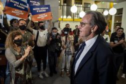 Renaud Muselier repart de sa soirée électorale après les résultats du premier tour à Marseille, le 20 juin 2021.