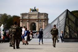Des militaires patrouillent au pied de la pyramide du Louvre, dans le cadre de l'opération« Sentinelle», le 10 septembre 2016.