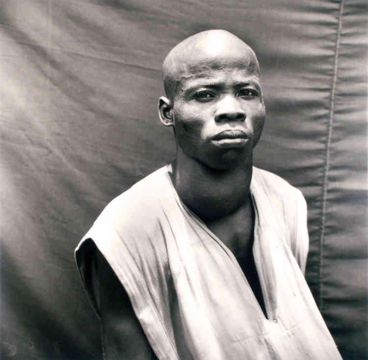 Homme au goître, Korhogo, nord de la Côte d'Ivoire, vers 1955, argentique N&B, 120x120 cm.