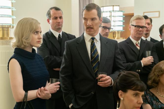 Rachel Brosnahan (à gauche) etBenedict Cumberbatch (au centre) dans«Un espion ordinaire», de Dominic Cooke.