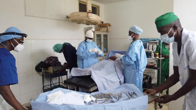 Une femme se fait opérer des conséquences d'un accouchement mal soigné ou d'un viol en Côte d'Ivoire.