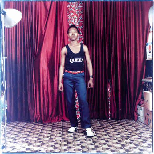 Jeune garçon au T-shirt Queen, studio Durban, vers 1995, couleur, 30x30 cm.