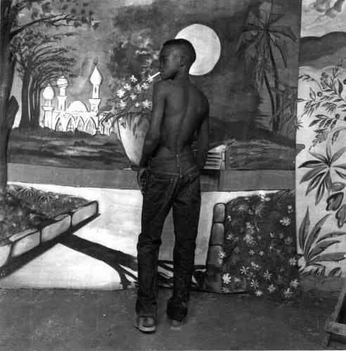 Jeune garçon à la cigarette, Studio Bamako, vers 1970, argentique N&B, 62x62 cm.
