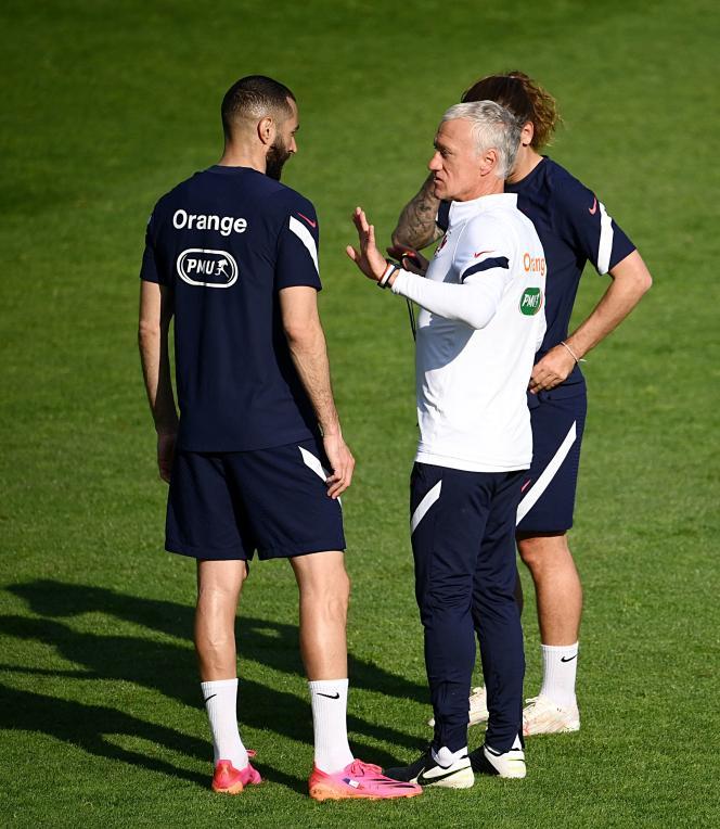 Le sélectionneur de l'équipe de France, Didier Deschamps, discute avec l'attaquant français Karim Benzema lors d'une séance d'entraînement à Clairefontaine-en-Yvelines, le 30 mai 2021.
