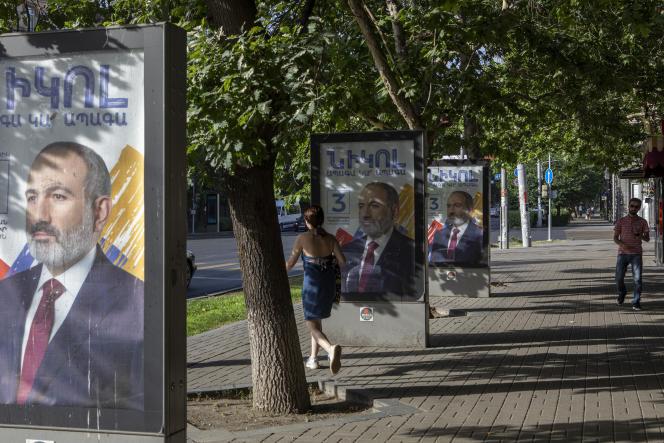 Affiche de campagne du premier ministre arménien, Nikol Pachinian, le 20 juin 2021 à Erevan, en Arménie, le jour des élections législatives.