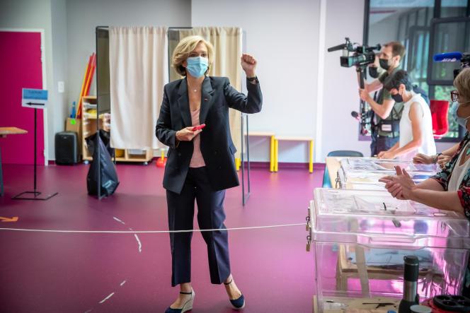 Valérie Pécresse, présidente du conseil régional d'Ile-de-France, vote au bureau de vote de l'école maternelle René-Dorme, à Vélizy-Villacoublay (Yvelines), dimanche 20 juin 2021.