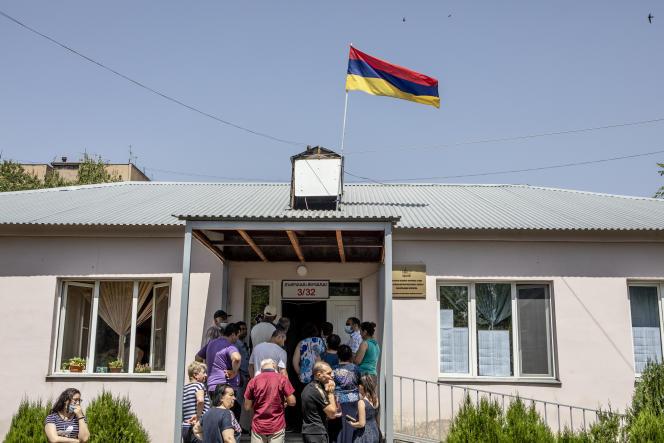 Des électeurs font la queue devant un bureau de vote dans le quartier de Zeytun à Erevan, en Arménie, le 20 juin 2021, lors des élections législatives anticipées en Arménie.