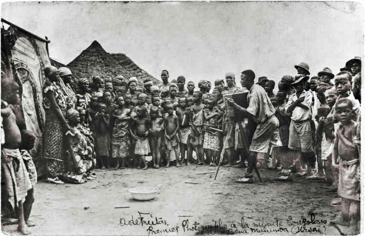 Premier photographe à la minute congolais à Bena Mulumba, Kasaï, 1939, argentique N&B, 9x14 cm.