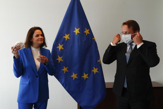 L'opposante biélorusse Svetlana Tsikhanovskaïa et le commissaire européen pour l'élargissement et la politique européenne de voisinage Oliver Varhelyi lors de la rencontre des ministres des affaires étrangères dans les locaux du Conseil européen à Luxembourg, le 21 juin 2021.