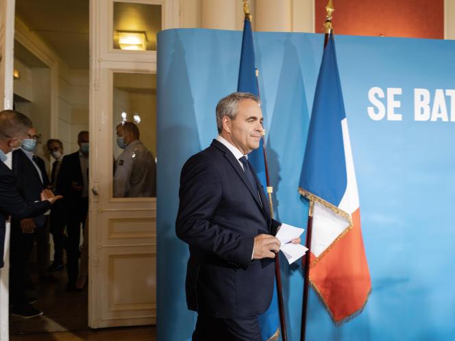 Xavier Bertrand arrive pour son allocution devant la presse au théâtre Jean-Vilar, àSaint-Quentin (Aisne), le 20 juin 2021.