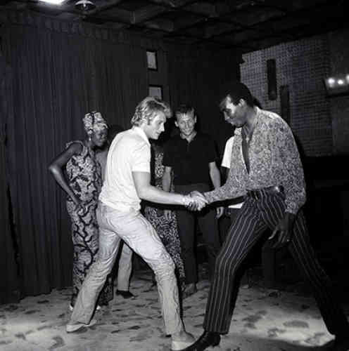 Bras de fer avec Johnny Hallyday, Niamey, 1969, argentique N&B, 40x30 cm.