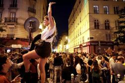 Des gens participent à la Fête de la Musique, à Paris, le 21 juin 2021.