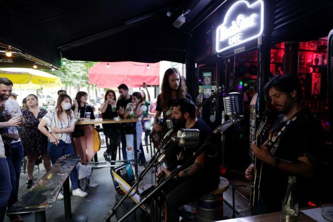Concert d'un groupe de rock dans un bar parisien.