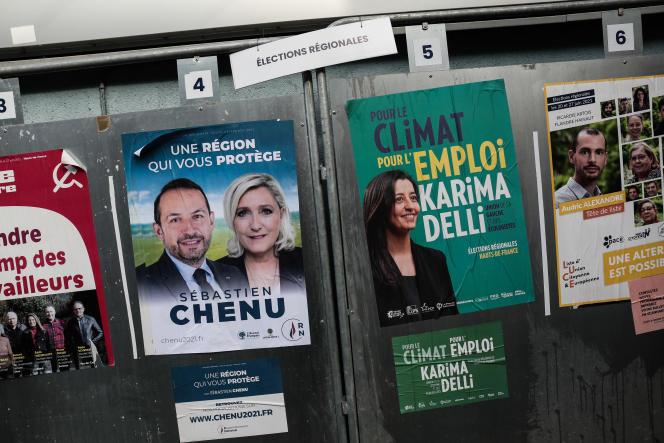Affiches de campagne à l'entrée du bureau de vote Jean-Jacques-Rousseau, à Hénin-Beaumont (Pas-de-Calais), le 20 juin 2021.