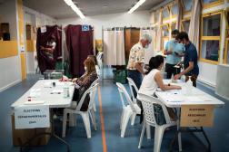 Dans un bureau de vote de Toulouse, le 20 juin.
