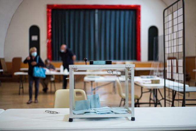 Dans un bureau de vote de Marchenoir, le 20 juin 2021.