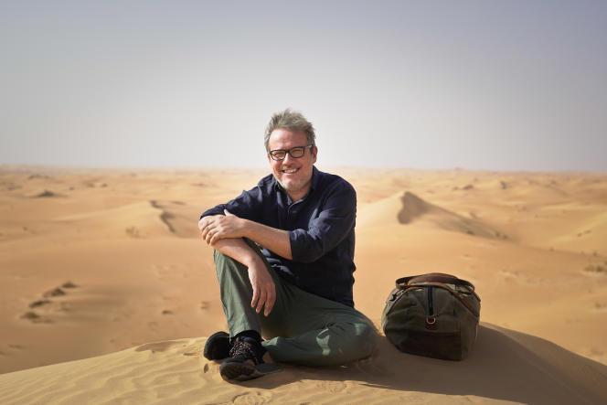 Philippe Gougler, co-auteur et présentateur des « Trains pas comme les autres », dans le désert mauritanien.