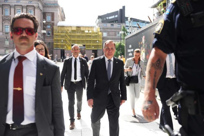 Le premier ministre suédois,Stefan Löfven(au centre), quitte le Parlement après un vote de défiance, à Stockholm, le 21 juin 2021.