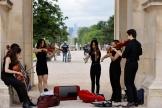 Un groupe de musiciens sous l'arc du Carrousel, près du Louvre.