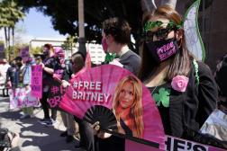 Des fans de Britney Spears témoignent leur soutien en manifestant devant le tribunal de Los Angeles, le 23 juin 2021.